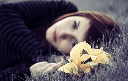 girl-lying-in-grass