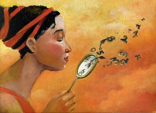 Nainen puhaltaa kellon viisarit ja numerot pois
