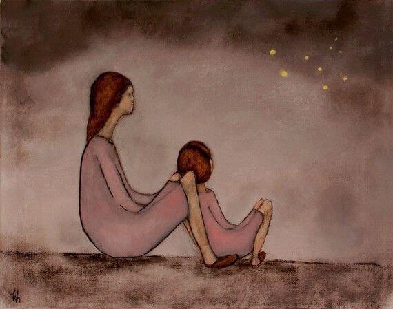 Äiti ja tyttö istuvat tähtitaivaan alla
