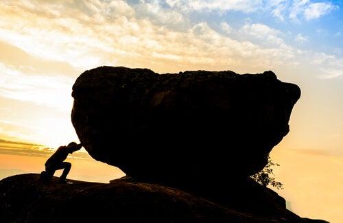 Mies työntää kiveä eikä suostu epäonnistumaan