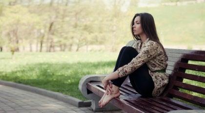 Yksinäinen nainen penkillä