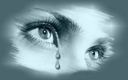 Nainen itkee pois henkiset haavat