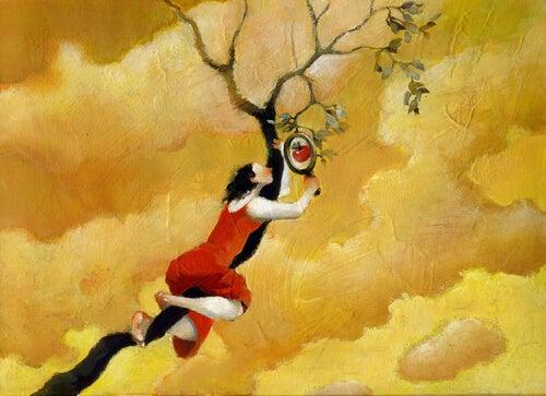 Nainen kiipeää puuhun