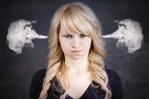 Naisen viha tulee savuna ulos korvista