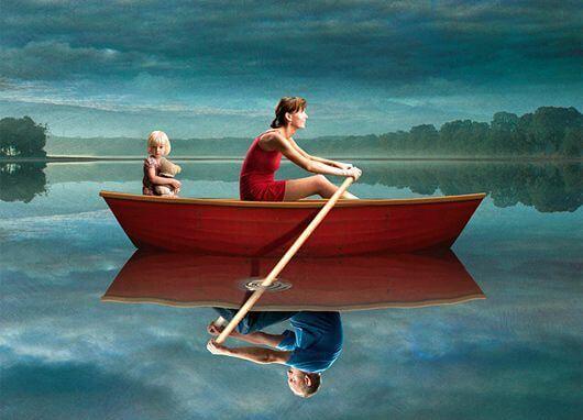 Nainen soutaa ja tyttö paatissa