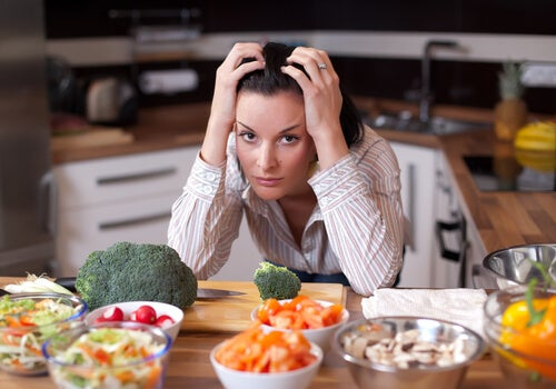 woman with vegetables eat