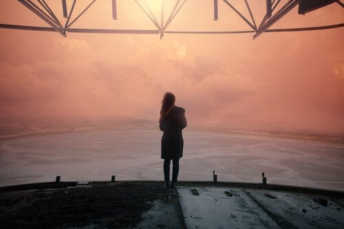 woman looking at the horizon