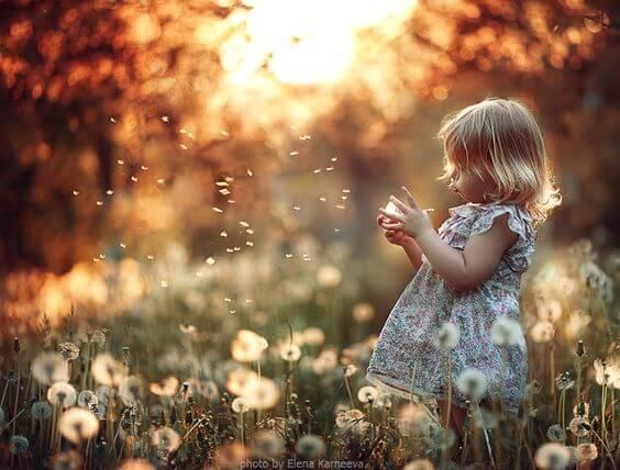 Tyttö kukkaniityllä