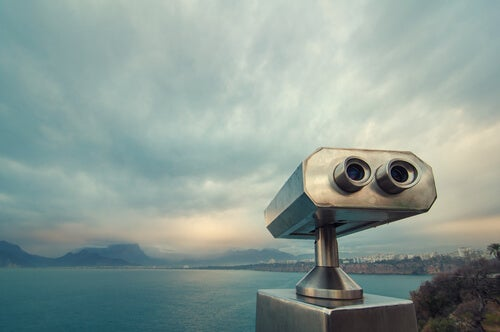 binoculars to observe the sea