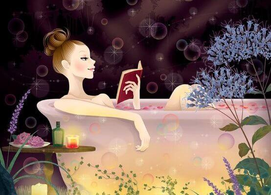 nainen lukee kylvyssa