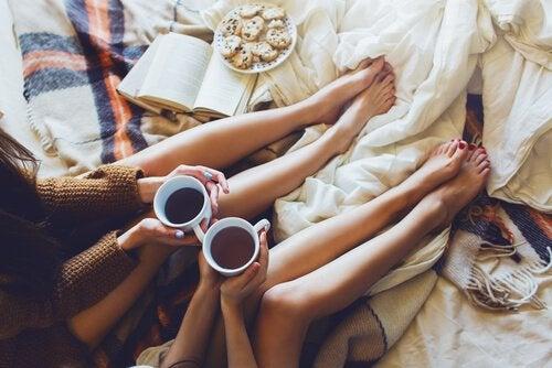 Venner drikker kaffe