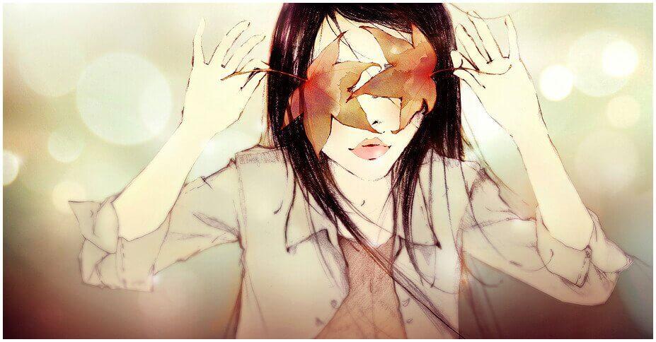 Kvinne dekker øynene med løv