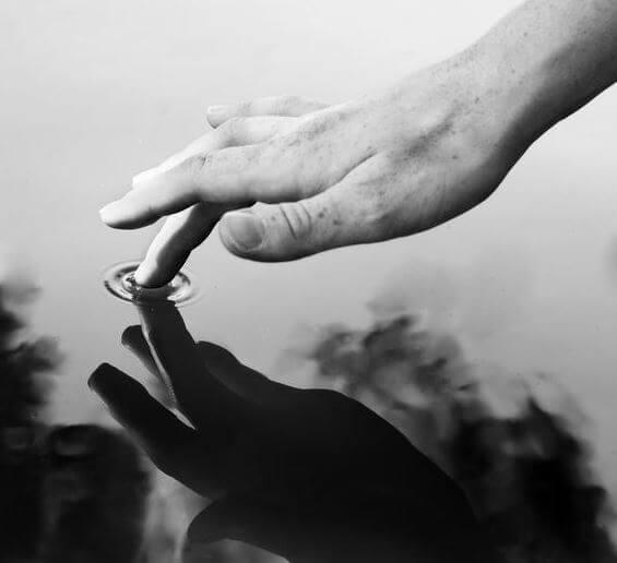 Hånd tar på vann
