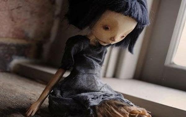Trist dukke preget av mishandling