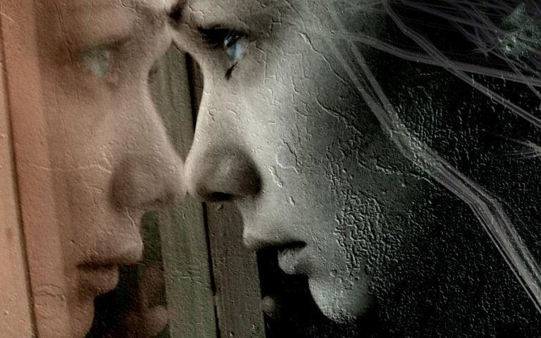 고통스럽게 창 밖을 내다보는 여인