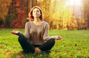 woman-meditating-on-the-grass