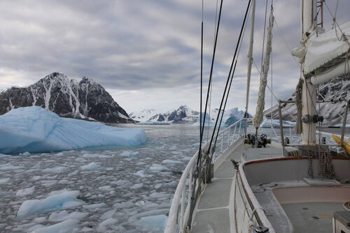 boat-seeing-iceberg
