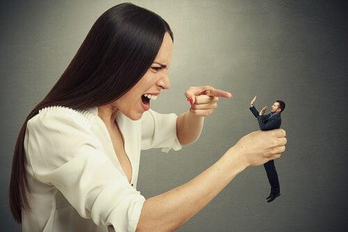 Kvinne roper til liten mann