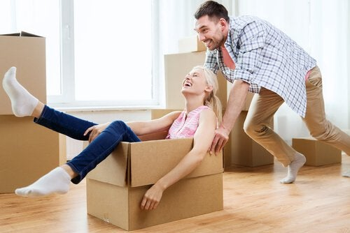woman-in-a-box-being-pushed-by-her-boyfriend