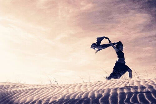 woman-running-in-the-desert