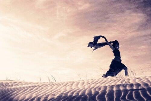 Kvinne løper i ørkenen