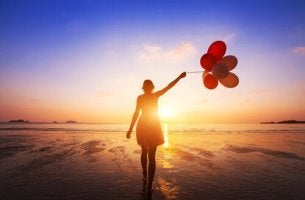 woman-with-balloons-in-front-of-the-sea
