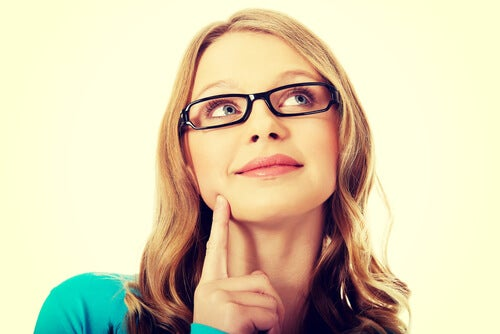 woman-with-glasses-thinking