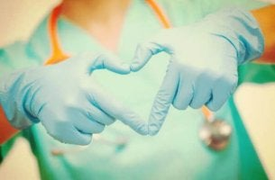 nurse-with-gloved-hands-makes-heart