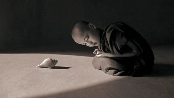 child-monk-bowing-before-a-shell