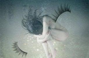 naked-girl-underwater