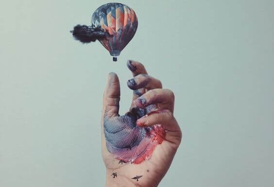 hand releasing hot air balloon