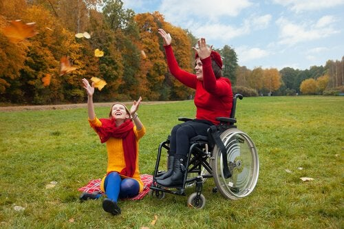A woman in a wheelchair playing with a friend: functional diversity.