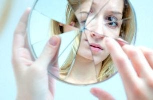 broken mirror representing being self-critical