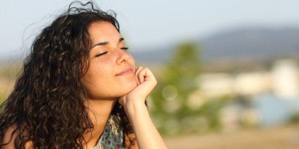 Smilende kvinde i sollys