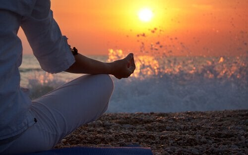 Meditation in front of a sunset to prioritize