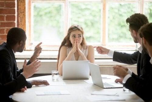 직장에서 미팅을 하는 여성: 직장에서 거절하는 법을 배우기 – 직장 내 자기주장