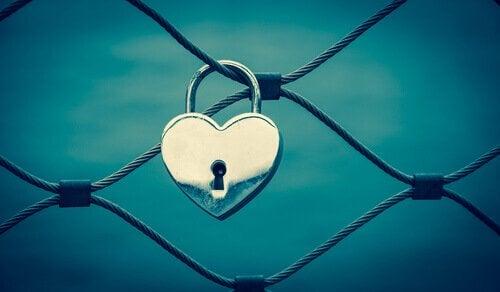 hjerteformet lås på et hegn