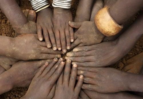 samling af afrikanske hænder