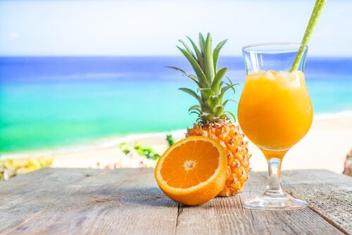 pineapple and orange, fruits with a lot of vitamin C, one of the best vitamins for your brain
