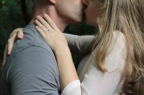 mand og kvinde, der kysser