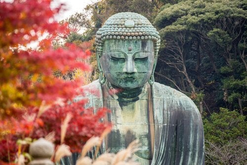 Buddha statue contemplating love according to Buddhism.