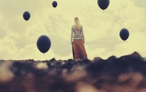 kreativ håbløshed og kvinde der kigger på luftballoner