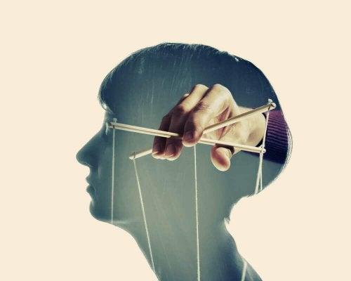 4 Characteristics of Manipulative People