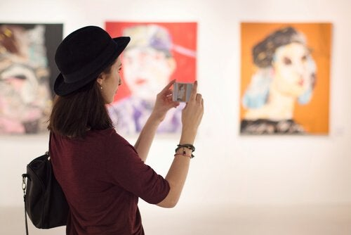 A woman seeing art representing Stendhal syndrome.
