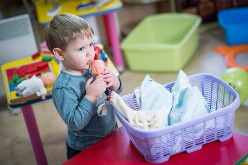 lille dreng med en dukke