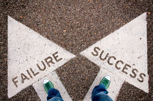 two arrows pointing to different directions: failure or success to represent knowing your why