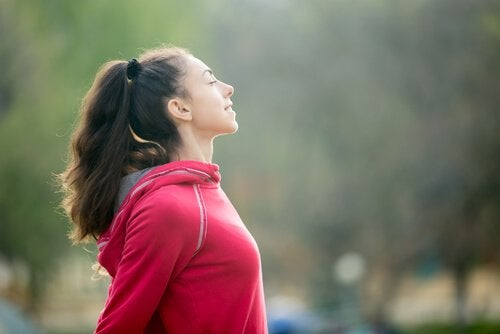 A woman practising conscious breathing before exercising.
