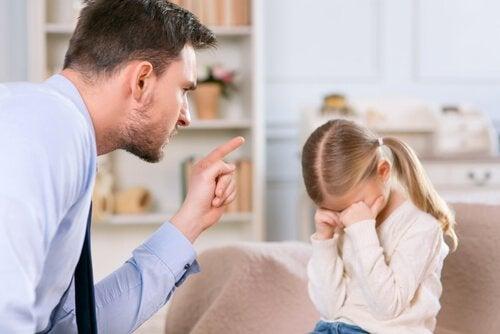 Et eksempel på fejl i børneopdragelse er at opdrage med irettesættelse