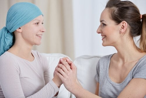 A therapist support her patient with breast cancer.