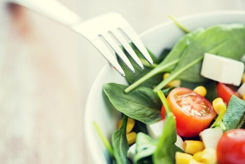 The paleolithic diet allows you to eat salad.
